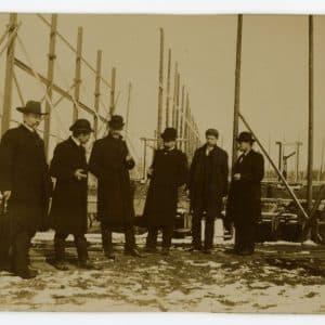De Constant Rebecqueplein, elektriciteitsfabriek in aanbouw met directeur Singels en anderen, 1906.