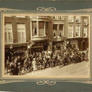 's-Gravenhaagsche Rijwielvereeniging Excelsior poseert voor Wagenstraat 149, 1913
