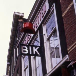 Uithangbord, winkel Bik Hoeden en Petten