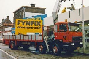 Plaatsen van de reclame op het pand aan de Waldorpstraat, juli 1986