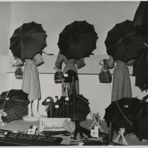 Bijenkorf, etalage regenkleding, 1950