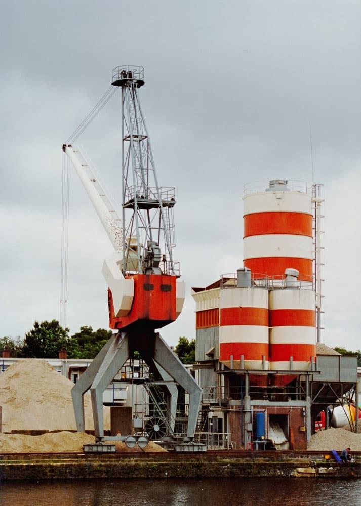 De Fabriton betoncentrale kort voor vertrek uit de Laakhaven, 2000.