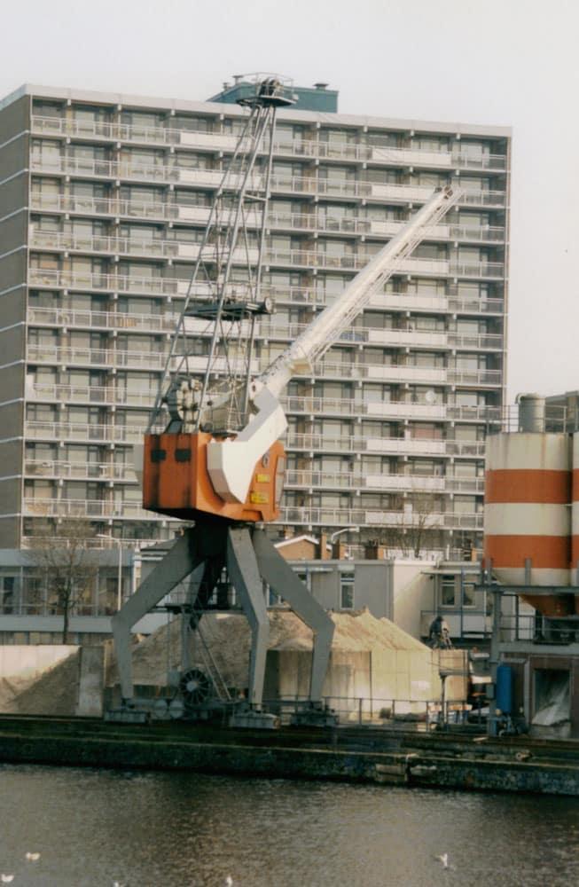 De havenkraan van de betoncentrale in 2000.