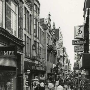 Lampe, kledingwinkel, Spuistraat, 1981