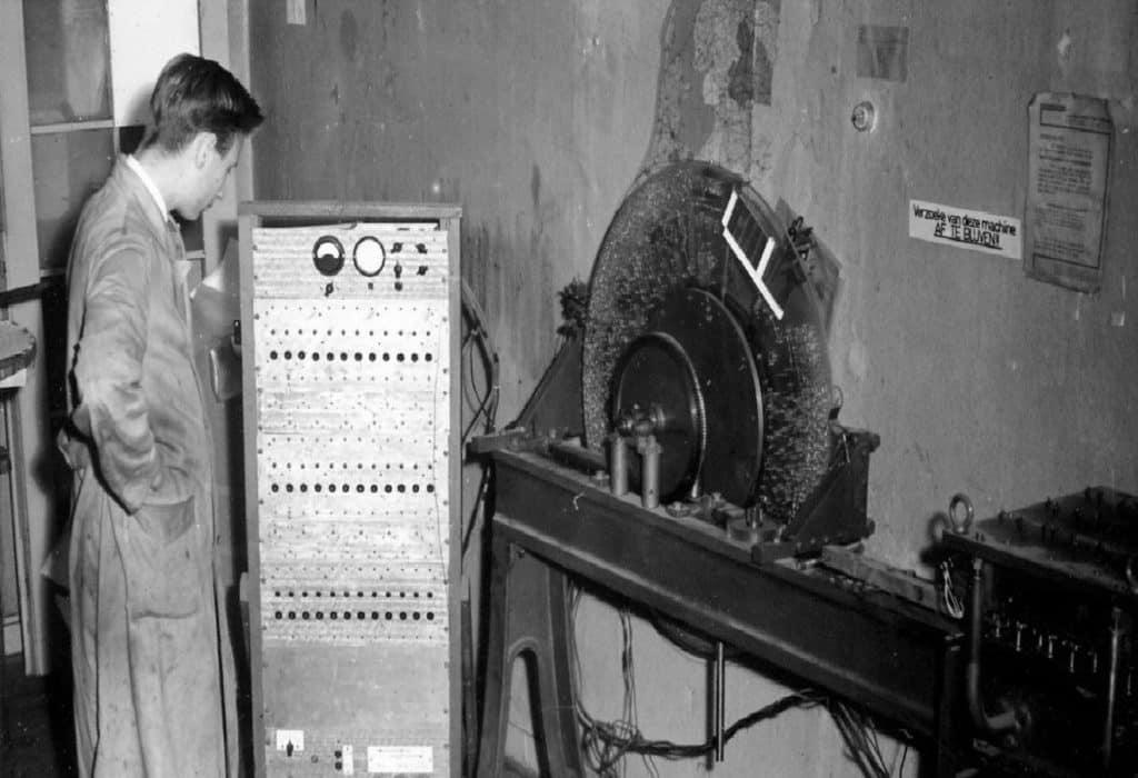 Machine voor productie rekenliniaals met de heer Wanders