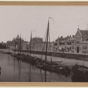 Havenkade met de Chocoladefabriek van Rademaker, 1891