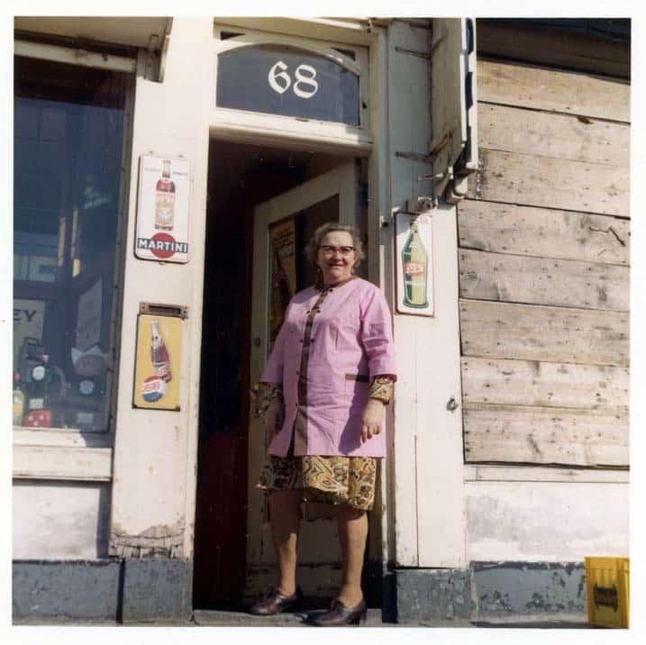 Mevr. Berkhuijsen voor haar winkel