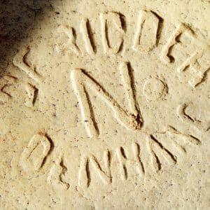 Detail van een radiaalsteen met firmanaam de Ridder