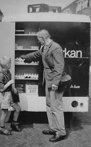 De melkboer met de Spijkstaalwagen is de vader van mw. Bruno-Van Andel, de heer Van Andel. De datering is waarschijnlijk circa 1970.