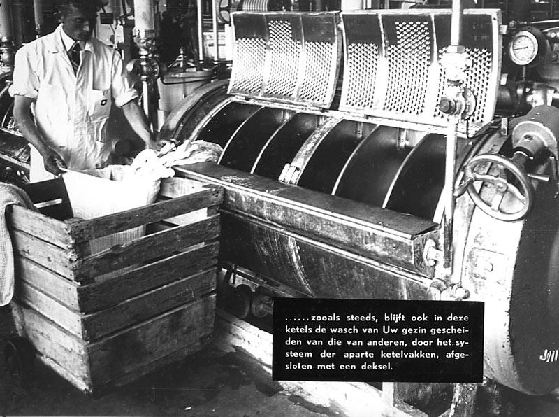 Afbeelding uit het fotoboek 'Een bezoek aan de Zwitsersche' 1947: De was van ieder gezin had een apart vak in de wasmachine.