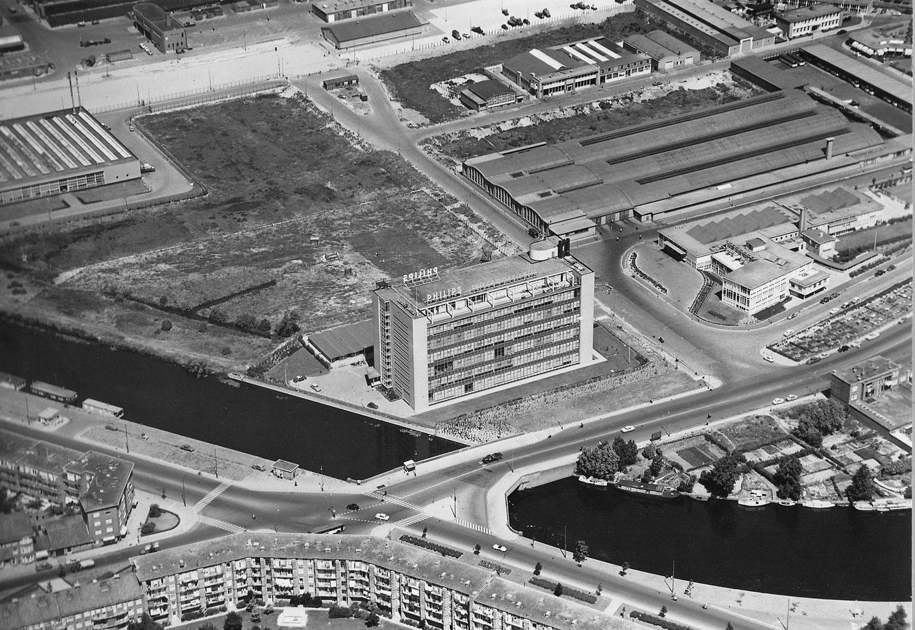 De nieuwe Philipsfabriek te midden van het in aanleg verkerende Fruitweg industrieterrein, 1959. (Verzameling Haags Gemeentearchief)