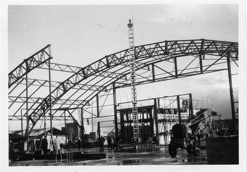 Opbouw van de constructiebogen van de Escherfabriek. Alle foto's zijn afkomstig uit het genoemde fotoalbum.