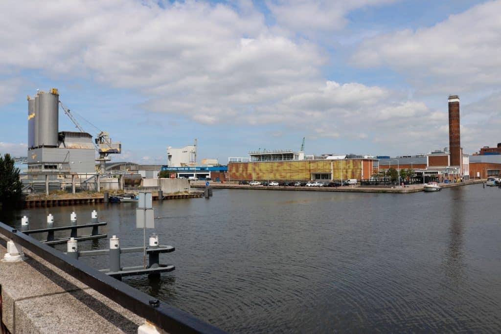De Binckhorsthaven vanaf de brug gezien bij de Caba;llerofabriek.