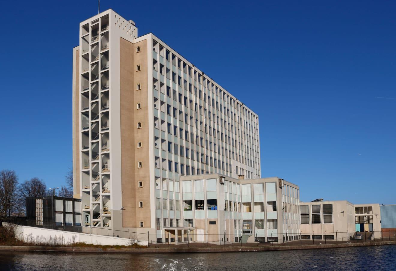 Flatgebouw van de firma Van den Berg gezien vanaf de Troelstrakade, 2017