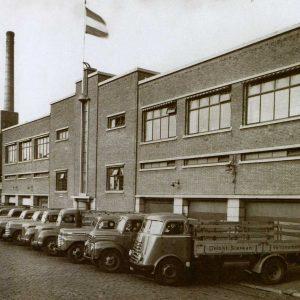 Sierkanfabriek met wagenpark, Lulofsstraat, jaren 30